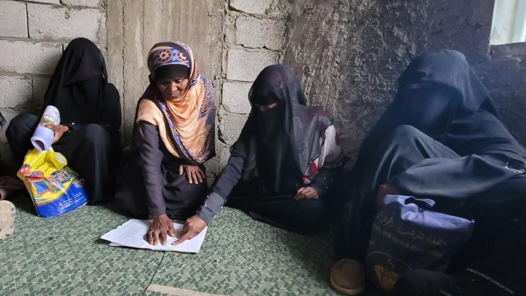 Frauen lernen zusammen mit einem Übungsbuch