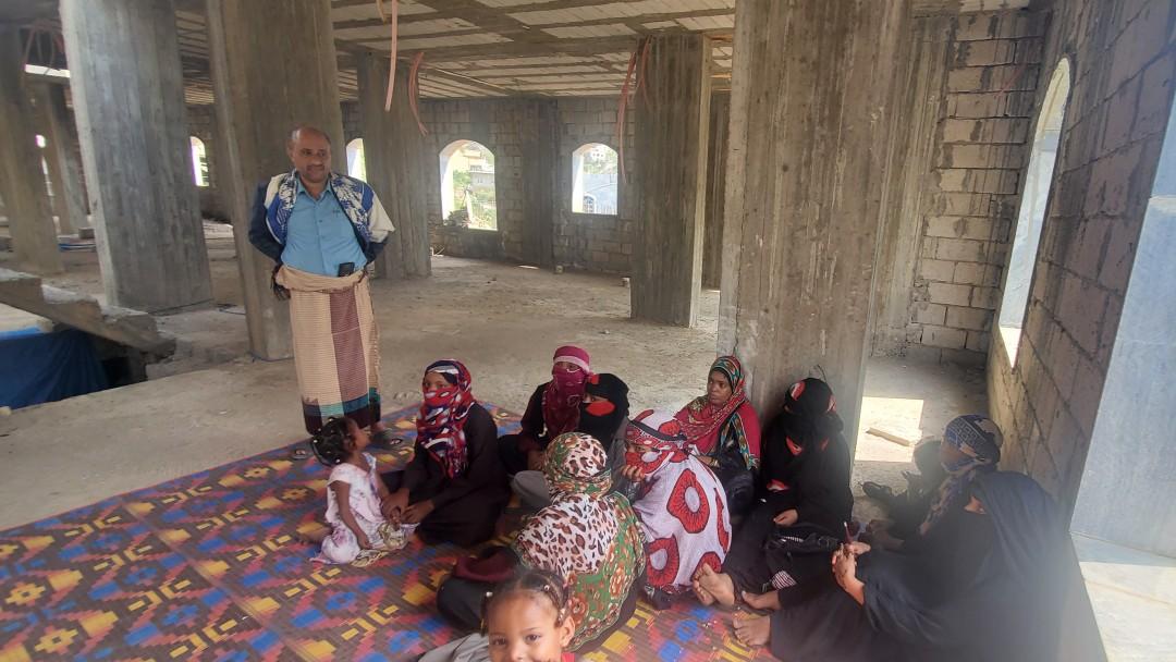 Eine Gruppe Kinder wird von einem Lehrer unterrichtet