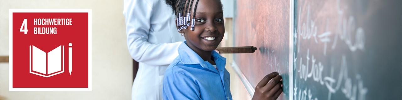 Ein Mädchen schreibt lächelnd etwas an die Tafel, daneben ist das Icon von SDG 4: Hochwertige Bildung