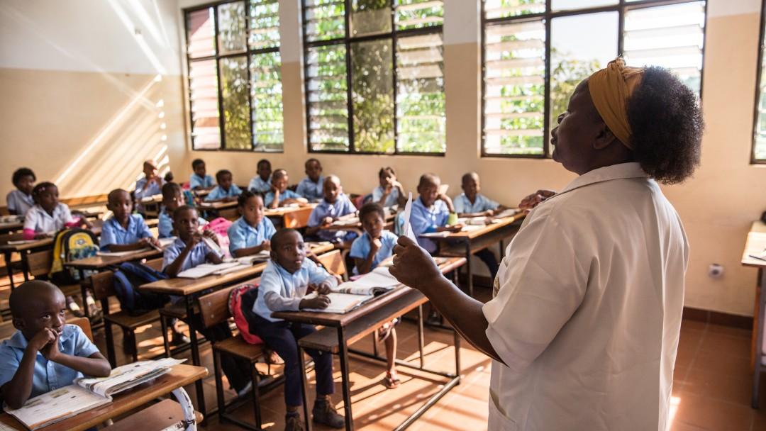 Die Grundschullehrerin Felizarda Zaqueu aus Mosambik steht gestikulierend vor ihren Schülern im Klassenraum.