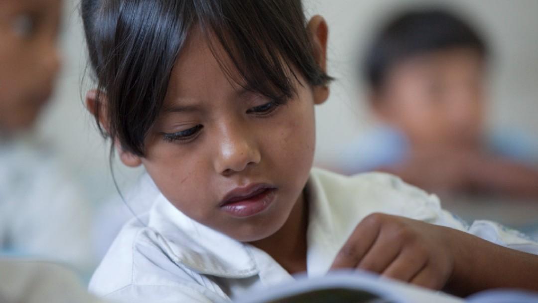 Portrait einer Erstklässlerin in einer Grundschule während des Unterrichts