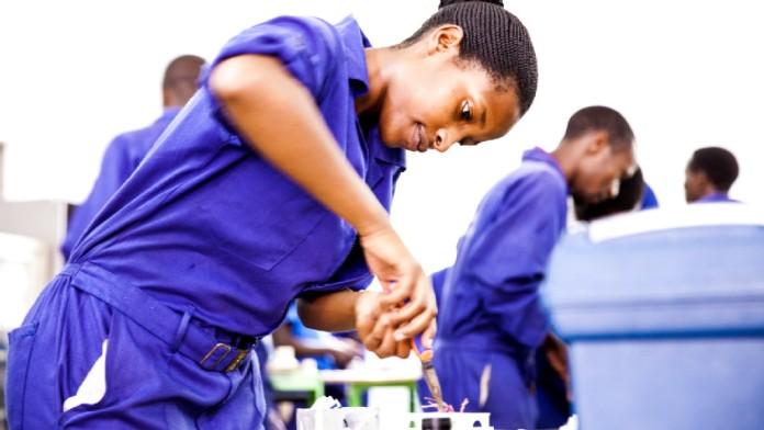Elektriker arbeiten im Rahmen ihrer Ausbildung in einer Werkstatt