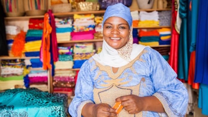 Lächelnde Frau in einem Stoffladen