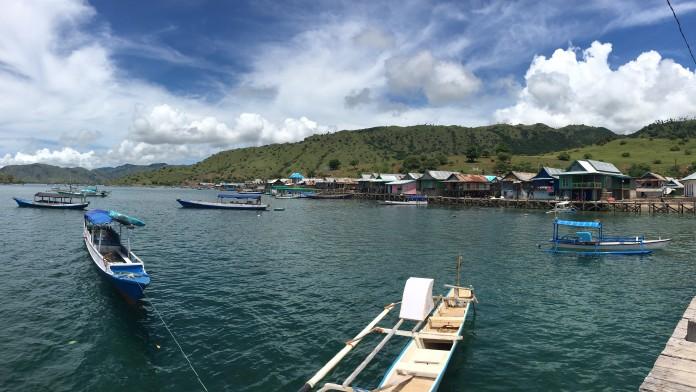 Uferprommende einer Insel in Indonesien mit Blick auf das Wasser, dort sind viele kleine Fischerboote