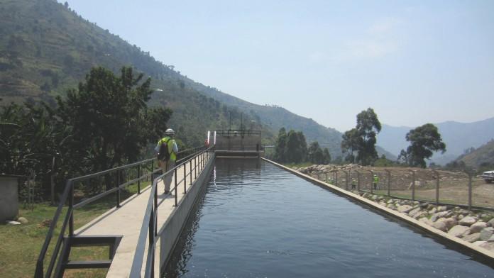 Ein Mann besichtigt einen Abschnitt eines Wasserkraftwerks in Uganda