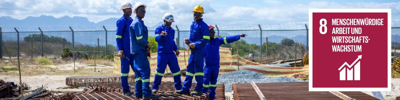 Afrikanische Bauarbeiter auf einer Baustelle, daneben SDG 8-Icon: Menschenwürdige Arbeit und Wirtschaftswachstum