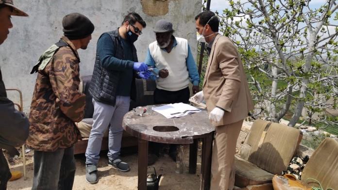Mahmoud und sein Vater erhalten Papiere
