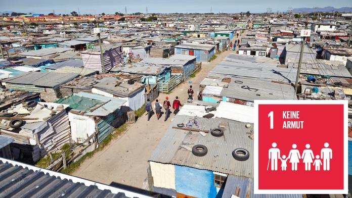 """Wellblechhütten eines Slums, durch das Schulkinder laufen, daneben das Icon des SDG 1 """"Keine Armut"""""""