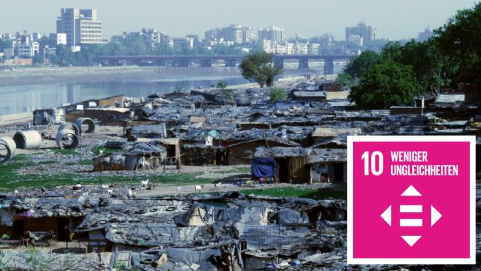Wellblechhütten eines Slums, im Hintergrund bessere Hochhäuser. Daneben das Icon zu SDG 10: Weniger Ungleichheiten