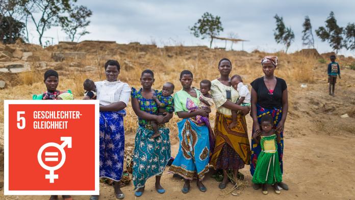 Eine Gruppe Frauen mit Kindern auf ihren Armen, daneben das Icon von SDG 5: Geschlechtergleichheit