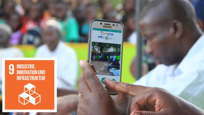 Man sieht Finger, die ein Handy bedienen, daneben das Icon von SDG 9: Industrie, Innovation und Infrastruktur