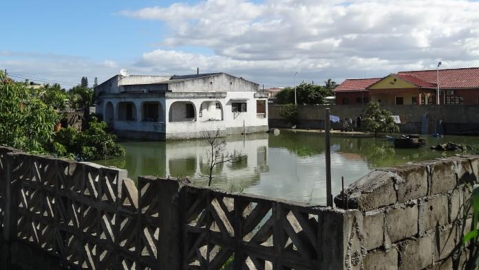 Zwei Häuser umgeben von Hochwasser