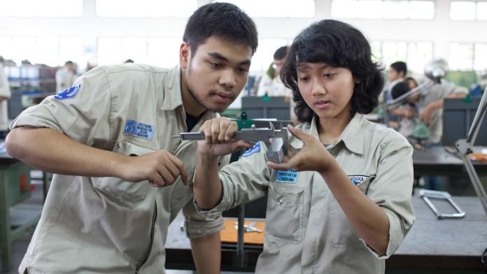 Zwei Jugendliche in einer Werkstatt, die von der KfW-Entwicklungsbank gefördert wird.