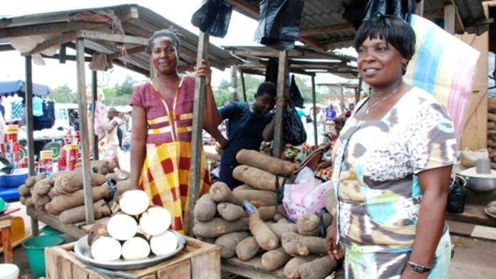 Zwei Marktverkäuferinnen vor ihrem Maniok-Stand in Ghana