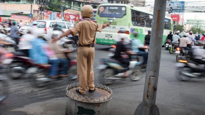 Ein Verkehrspolizist in China regelt den Straßenverkehr